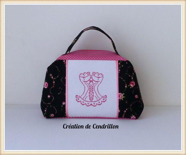 Collection Shabby Chic Valisette Vanity brodée « Bustier» Broderie Point de croix fait main : Autres sacs par creations-de-cendrillon
