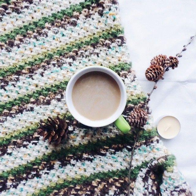 Когда выпал снег и были первые морозы, ко мне наконец-то вернулась любовь к кофе 💖☕ Сейчас в основном пью Ирландский крем американо с молоком или вредные растворимые кофе, типа маккофе с разными вкусами, знаю что это фигня, но не могу удержатся 😄🙈 Что что, но вот эспрессо пить вообще не могу, как люди это пьют, а тем более без сахара?😱 А еще я не люблю кофе с машмэллоу, есть тут еще такие?😄 Какие кофейные напитки предпочитаете вы? Или больше по чаю выступаете?  Отличной вам пятницы…