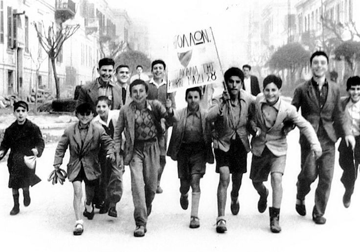 """ΑΠΟΛΛΩΝ, τα τσακάλια της Κρήνης μαζί σου. Νεαροί οπαδοί του Απόλλωνα Καλαμαριάς, μια παιδική """"τσακαλοπαρέα"""" με όλη τη σημασία της λέξης - υπογράφουν ως """"τα τσακάλια της Κρήνης"""" - περπατούν ευτυχισμένοι με το πανό τους, καμαρώνοντας που η ομάδα τους """"περιέχει δηλητήριον φοβερόν""""."""