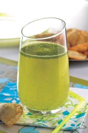 Agua de limón y albahaca, infusiona tus bebidas con aromáticas hierbas como la albahaca.