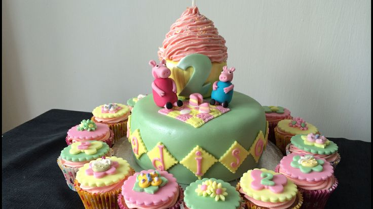Pepper pig cake and cupcakes