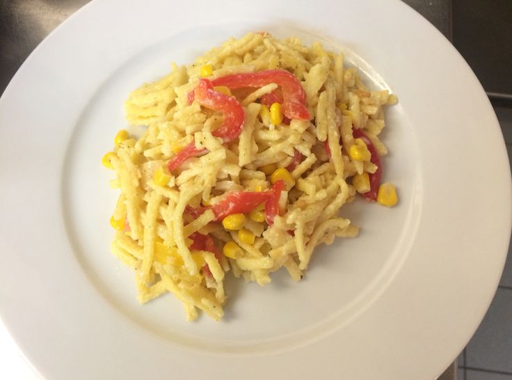 Pasta all'uovo con peperoni, mais, panna e parmigiano. Egg pasta with bell pepper, sweet corn, cream and Parmesan.