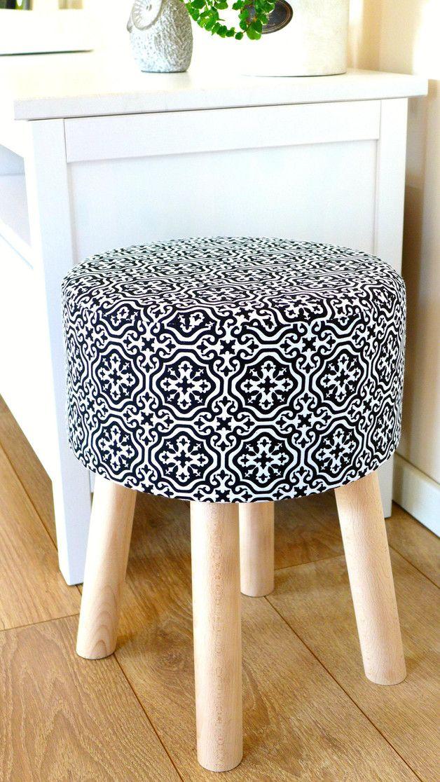 Stołek Fjerne M (czarne maroco)  Oryginalny stołek Fjerne M w skandynawskim stylu z wymiennym pokrowcem. Idealnie wpisuje się w wystrój nowoczesnych wnętrz. Prosty puf w modnym kolorze jest nie...
