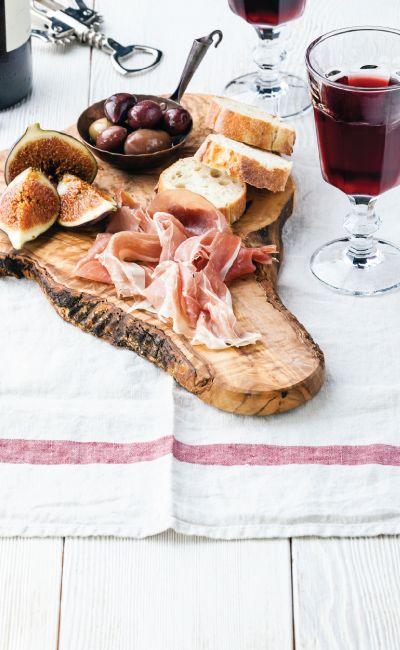 En perfekt opplevelsesgave til den mat- og vininteresserte! Her får man lære å finne den rette vinen til den maten man ønsker å servere. Gi bort en kveld med nye smakskombinasjoner og spennende smaker.