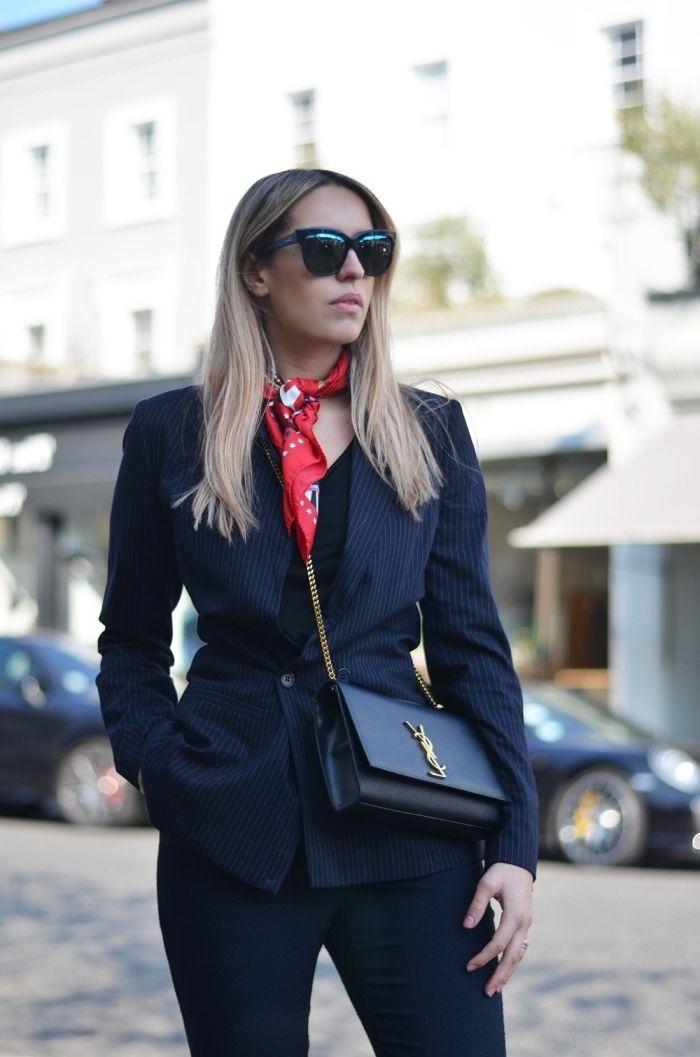 3c8df04fdcff style vestimentaire femme au travail, look total noir avec foulard rouge  autour du cou,