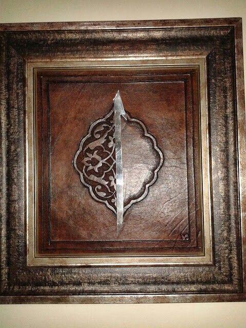 Deri elif tasarımım.Yarım Şemse motifi üzerinde Arapça elif harfi.Harf gümüşten, kıl testereyle kesilmiştir.