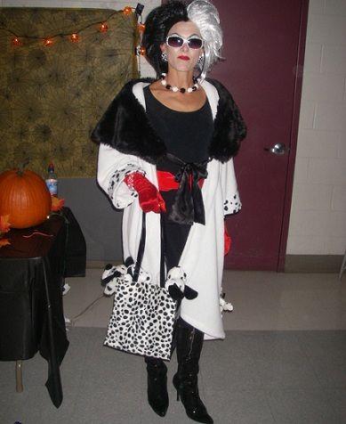 Disfraces caseros para Halloween. Mujer Cruella.