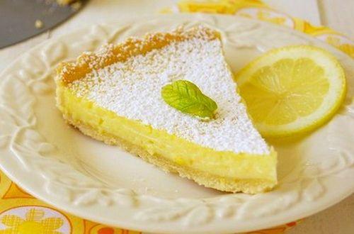 Ingrédients: – 1 pâte sablée prête à dérouler – 3 œufs – 5 cl de lait – 60 g de sucre semoule – ½ gousse de vanille – le zeste d'1 citron Préparation: 1/ Préchauffez le four à 200°C. 2/ Beurrez un moule à tarte de Ø18 cm et avec la pâte, foncez-le. 3/ Faites