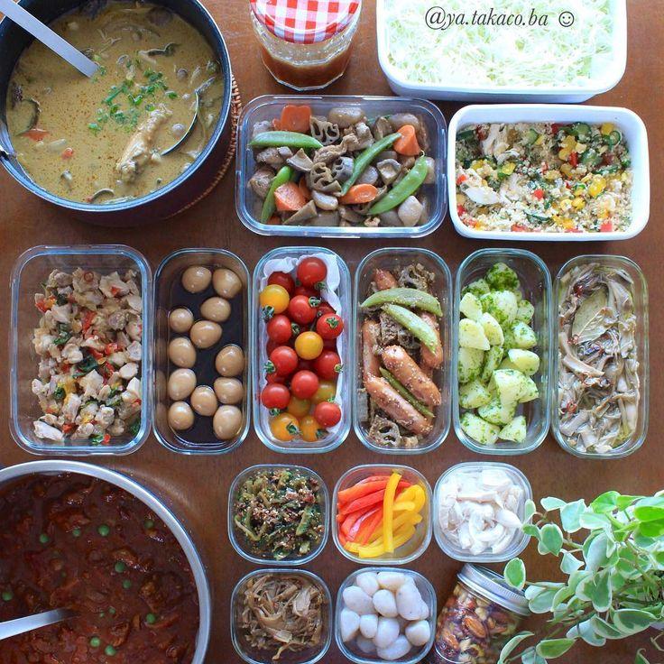 常備菜post 今週の #家事貯金 ♪ と下準備 ・ -*-*-*-*-*-*-*-*-*-* ・ 《上段左から》 ・ 1、ココナッツカレースープ 2、おろし玉ねぎドレッシング 3、キャベツ千切り(下準備) 4、筑前煮 5、キヌアと茹でササミの香味サラダ 6、鶏肉ごろっとガパオ炒め 7、うずら味玉 8、ミニトマト(50度洗い) 9、シャウエッセンのハニーマスタード炒め 10、のり塩 粉ふきいも 11、ピリ辛オイルコンフィ 12、牛スジ肉のハヤシライス 13、ゴーヤの甘辛炒め 14、パプリカ切っただけ(下準備) 15、しっとり茹でササミ 16、なめ茸 17、茹でこんにゃく 18、ミックスナッツのメープル漬け ・ -*-*-*-*-*-*-*-*-*-* ・ 月曜に作った家事貯金をいまさら タイムラグがありスミマセン。 投稿出来てない写真が撮り溜まっているよー ・ ・ ハヤシライスは沢山作ったので半分は冷凍庫行き。 下準備と記した野菜は切って洗っただけですが、 次に投稿する写真では生春巻きにヘンシンです (連投予告) ・ ・ ・ ・ 《常備菜...