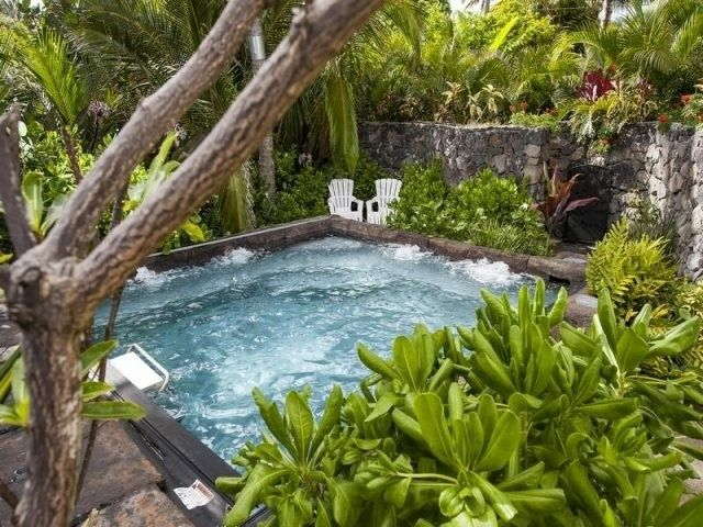piscina exterior con jacuzzi