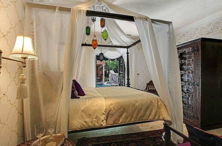 Ridurre pesanti, colori vivaci per dare alla camera da letto marocchino un forte tema del Mediterraneo