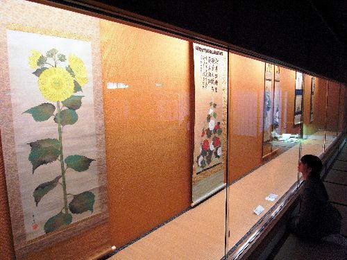 Foreground: Suzuki Kiitsu 's Sunflower Japanese hanging scroll. Nineteenth century 写真:手前が鈴木其一の「向日葵図」=東京都港区の畠山記念館