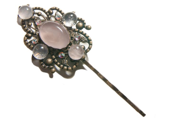 Barrette à cheveux féerique composée de cabochons en quartz rose et de cristaux de Swarovski.