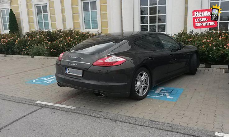 Porsche Panamera 4 am Parkplatz im Designer Outlet in Parndorf Behindertenparkplatz