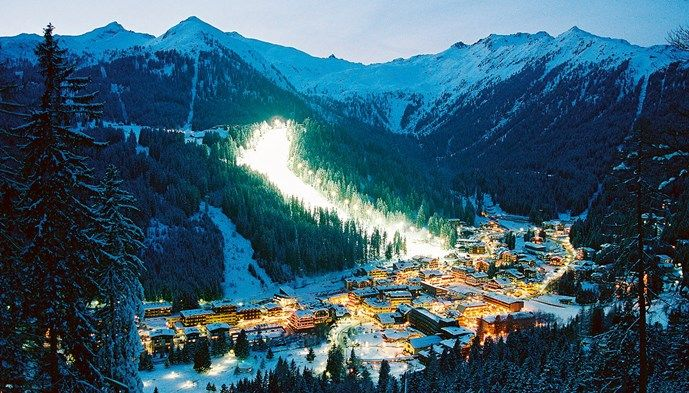 Madonna di Campiglio by night. Skiing Snow winter STS Alpresor puder skidresa Alperna