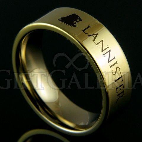 """O anel Guerra dos Tronos da casa Lannister é todo feito em tungstênio dourado polido, o metal mais duro do planeta. Suas características representam o ouro de rochedo Casterly que fizeram os Lannister famosos no reino de Westeros. O anel possui gravados em seu exterior o leão que representa os Lannister, o nome """"Lannister"""" e o lema da casa """"Hear Me Roar""""."""
