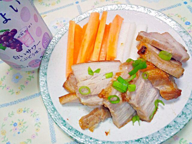 二郎ラーメンの残り豚バラを、塩、酒、香味野菜とつけ込んでたのをオーブンで焼くだけで簡単なのに美味しい! ほろよいも美味しい(^^) - 10件のもぐもぐ - 感動の味わいの塩チャーシュー&ほろよいぶどう白サワー by blueapplec5