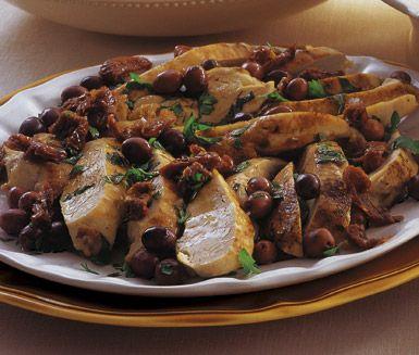 Kyckling med soltorkade tomater och oliver är en fin rätt som tar lite tid i anspråk men är en garanterad succé på festen. Kycklingfiléerna serverar du med tomater, oliver och babyspenat i en härlig dressing på balsamvinäger och olja.
