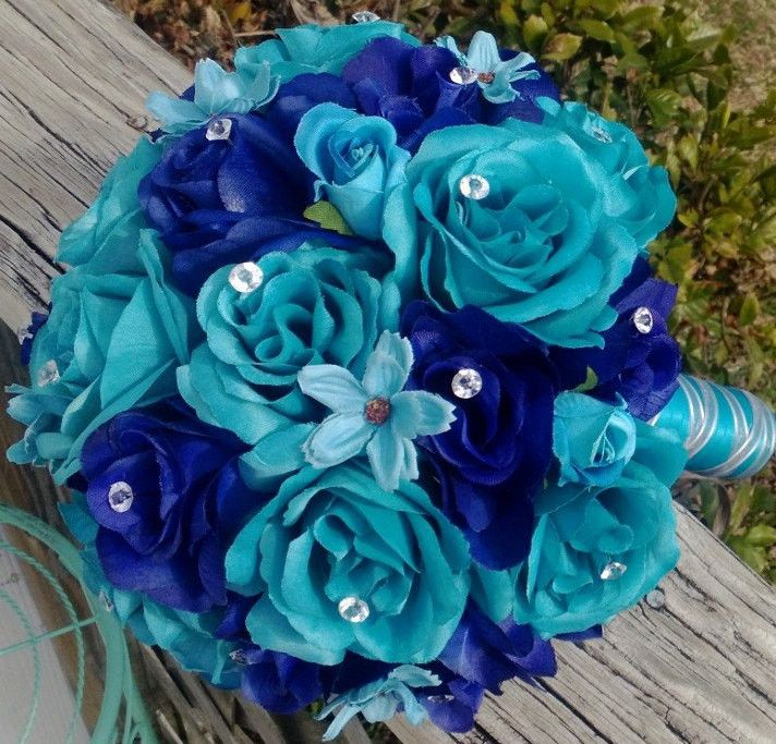 This listing is made to order and Includes 1 10in Round Rose Bouquet Malibu Blue(Turquoise) Roses & Royal Blue Roses, with mini malibu blue cosmos for embellishment with Diamond Pins in the roses wrap