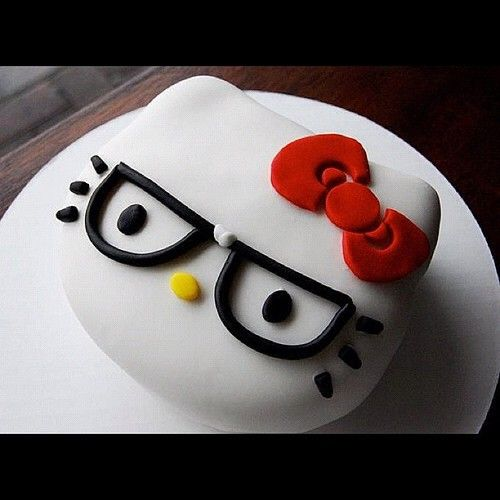 HELLO KITTY! This is SO gonna be my daughters next bday cake