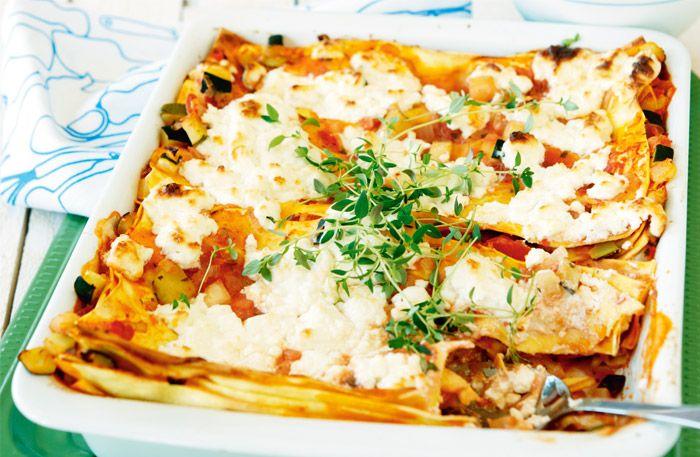 Recept på snabb vegetarisk lasagne med feta och squash. Denna vegetariska lasagne är mättande och får en god sälta från fetaosten.