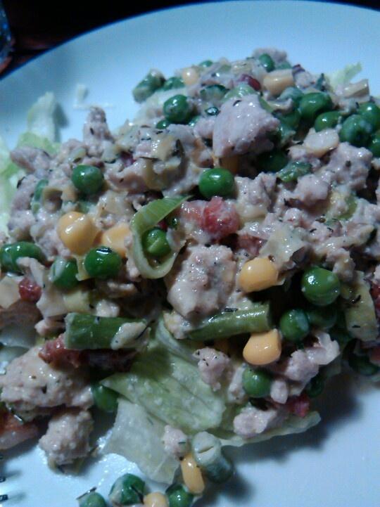 Wok med kyllingefars, timian fløde og rester af grøntsager fra køleskabet serveret med salat eller ris
