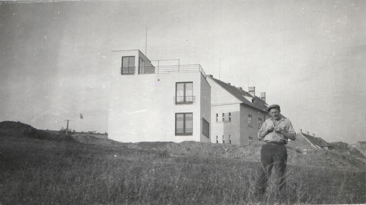 © Vlasta Vostřebalová Fischerová - Rodinný dům, pohled ze zahrady (1929-30), černobílá fotografie, soukromá sbírka