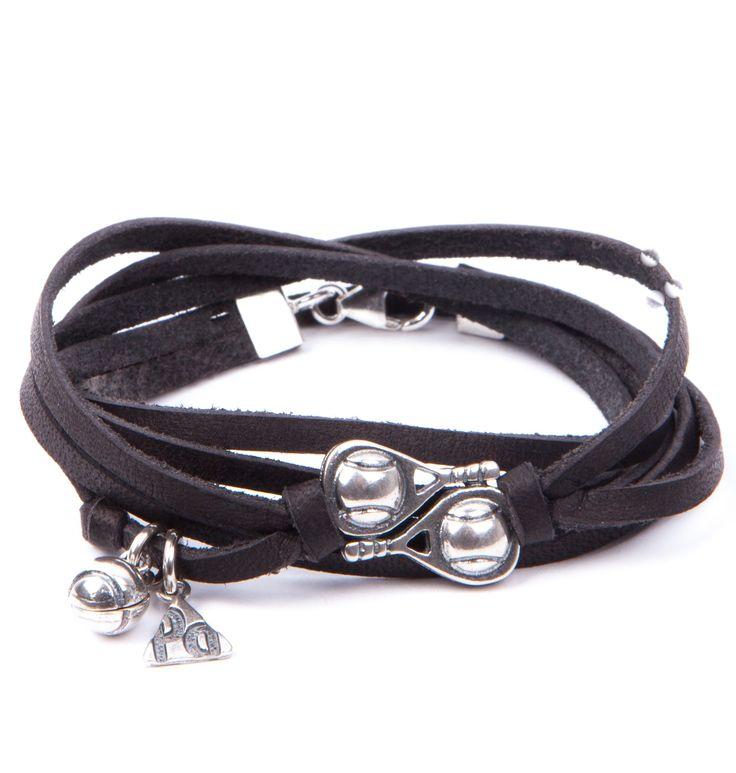 Pulsera Pádel Doble Pared. Pulsera de tiras de cuero dos vueltas en color negro con doble pala de pádel, logo de PlataDePádel y bola en plata envejecida, 100% artesanal hecha en España.