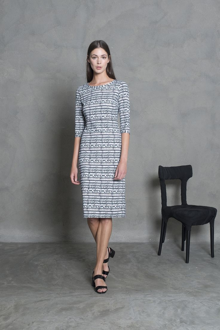 Simple elegance. Printed straight dress with 3/4 sleeves.