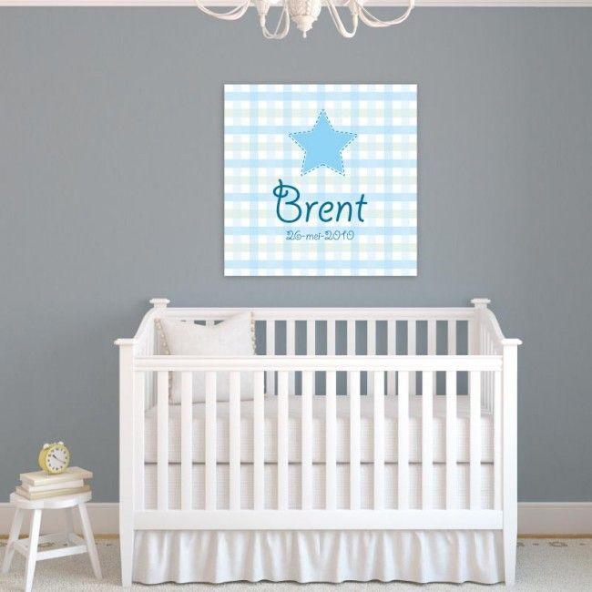 Deze lieve muurdecoratie fleurt iedere jongens babykamer op. Lieve blauwe patronen en een stoere ster. Geef een naam op en wij zetten deze voor jou op het canvas met een stoer lettertype.