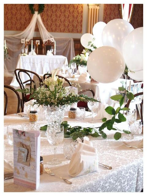 These white wedding are decored with flowers, balloons and vine.   Nämä valkoiset häät on koristeltu kukin, ilmapalloin ja köynnöksin.
