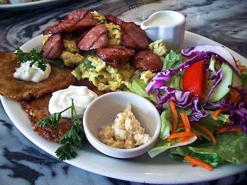 Polonia. Uova strapazzate coperte con fette di salsiccia fatte in casa (kielbasa). Cui, solitamente, si aggiungono un paio di frittelle di patate. Ed ecco la colazione tradizionale polacca.