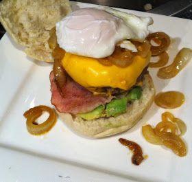 Kookkunst: Zelfgemaakte hamburger met avocado, bacon, uienringen en gepocheerd ei