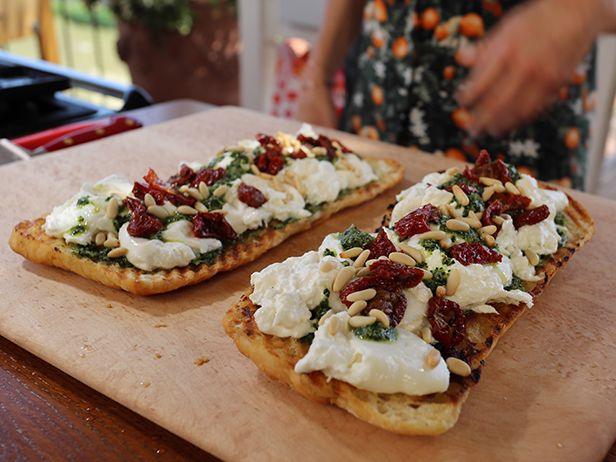 Bruschetta de Burrata con Salsa Verde de Col Rizada - Recetas | Food Network