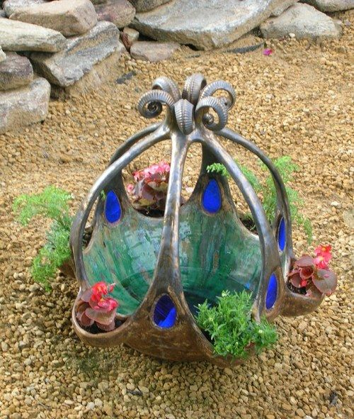 Ceramic bird bath & planter with stained glass. http://www.fler.cz/zbozi/fontana-4996101