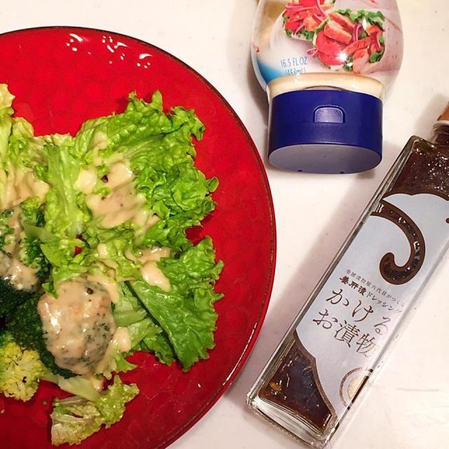 伊賀地方の名産、養肝漬。白瓜の芯を抜き紫蘇、生姜、大根などを刻んで詰め、特製たまり醤油でじっくり自然熟成させた漬物だそうです。 その味のままのドレッシングを買ってみたらなかなか面白い。 マヨネーズと混ぜるのもイケる。 - 67件のもぐもぐ - 養肝漬ドレッシング+マヨ by MakiHiro