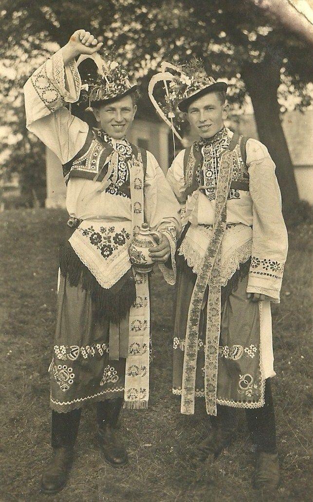 http://www.vetrnemlynky.cz/userFiles/kroje/vacenovice-1952.jpg