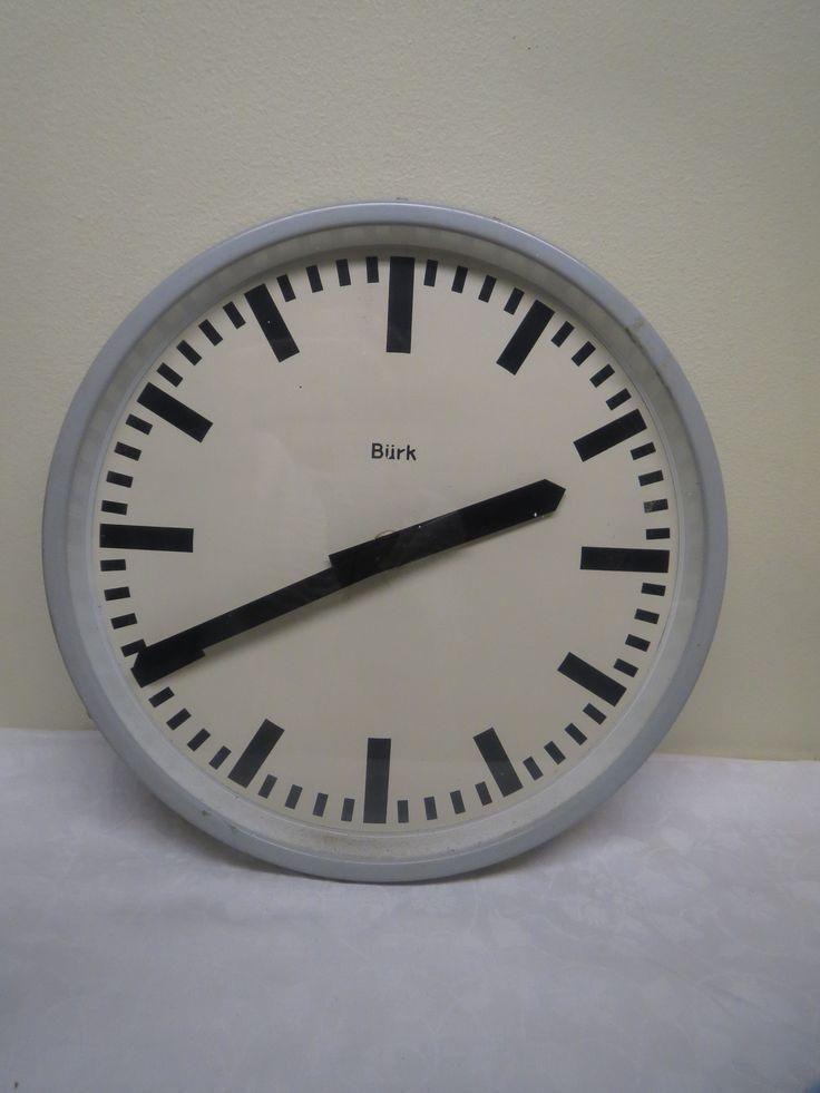 Vanha koulun kello, Bürk-merkkinen, sähköllä toimiva. Vaatii siis pientä sähkötyötä tai patterikoneistoon vaihtamisen.  Siistikuntoinen. Halkaisija 34 cm.
