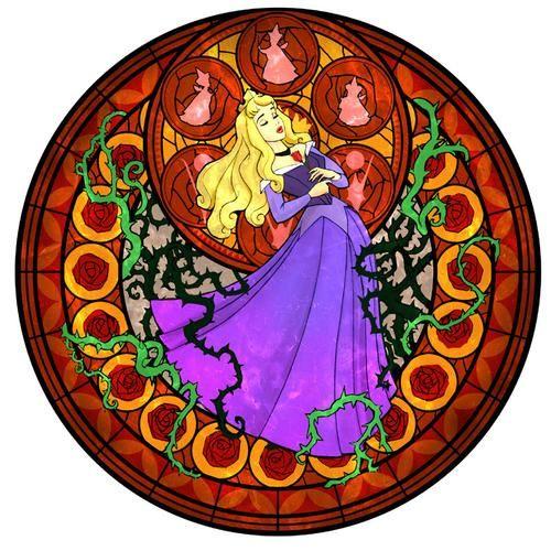 Sleeping Beauty Vitral =). <BR> <BR>La tram de La Bella Durmiente.  <BR>Una muchacha hermosa, la cual vive a merced de la Gran Bruja Maléfica, esta a punto de celebrar su decimosexto cumpleaños, cuando de la nada, Maléfica le envia un aura mágico, el cual se convierte en una rueca, y donde pone su dedo y cae profunda en un eterno sueño.... <BR>Sus hadas madrinas, Flora, Fauna y Primavera, tratan de evitar que caiga en la rueca, pero ...