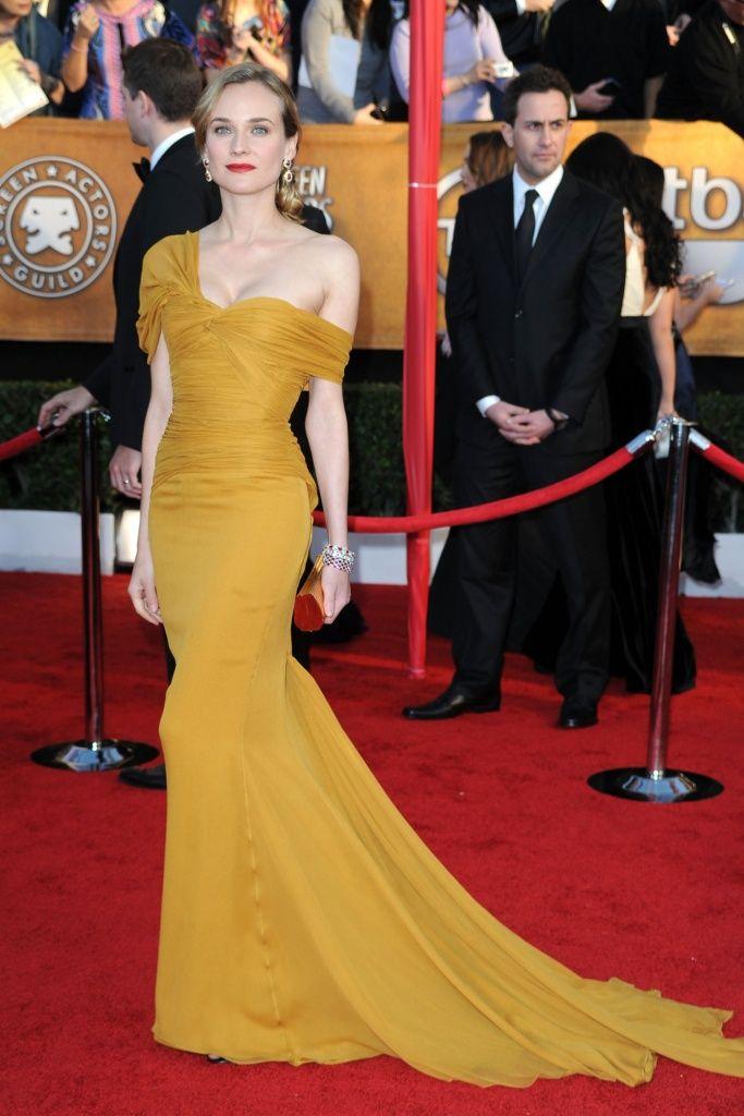 Lució un vestido largo y asimétrico color mostaza, de Jason Wu, en los Screen Actors Guild Awards de 2010.