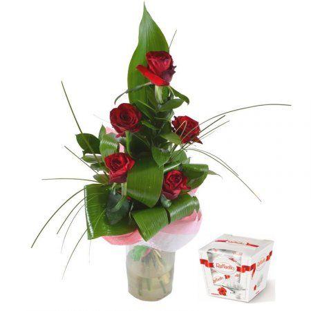 """Букет """"Воспоминания"""" + конфеты в подарок. Розы различных оттенков красного уместно дарить и девушкам, и дамам старшего возраста, и мужчинам. Вертикальная, коническая форма букета дает возможность преподнести его во время официального мероприятия. Специально подобранная нашими флористами легкая, воздушная упаковка сглаживает строгий состав композиции, делая ее очень современной."""