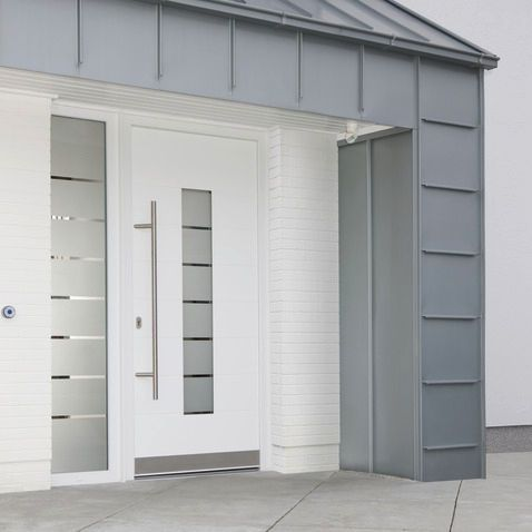 Puerta de entrada abatible / de acero / con aislamiento térmico / semividriada GENEO® Rehau