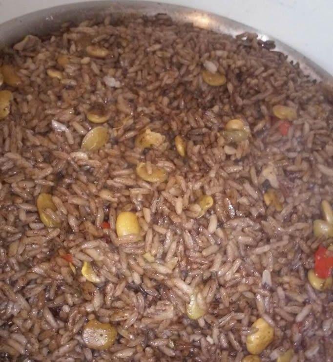 Recette du riz djon djon, un plat traditionnel de la cuisine haitienne de riz mélangé à un champignon noir, le diondion.