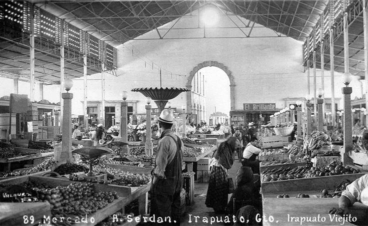Gente en interior de mercado en Irapuato Guanajuato , Mexico