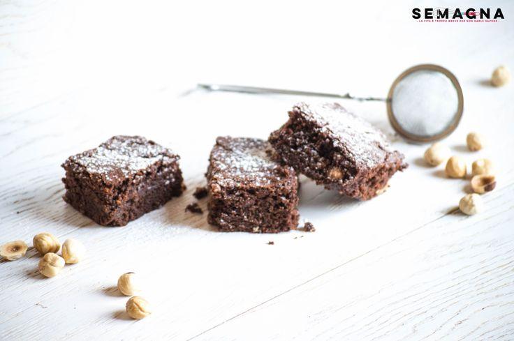 La mia sveglia stamane profuma di Brownies al cioccolato. Amo il cioccolato penso che oltre ad essere il cibo degli dei è anche il cibo per lo spirito. Ogni qual volta se ne magia un pezzo è subito libidine per le papille e per l'umore. I Brownies al cioccolato possono sembrare difficili, ma questa ricetta è davvero semplice ed adatta anche ai meno esperti. READ MORE
