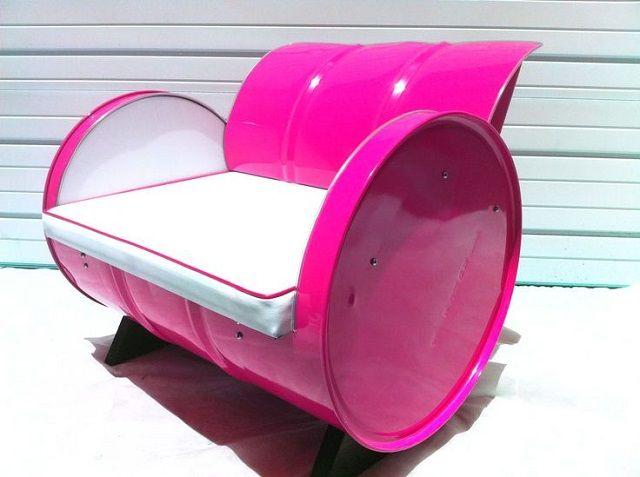 Canapé, table de nuit, barbecue, armoire... les barils peuvent se transformer en beaucoup de meubles. Avec un peu d'imagination et quelques barils recyclés, vous allez pouvoir refaire votre décoration à moindre coût.