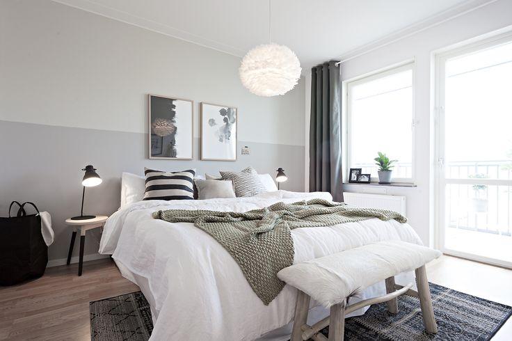 master bedroom, jm, visningslägenhet, sovrum, bäddning, afroart, hm home, Bloomingville, Eos, Fjäderlampa, fondvägg, granit