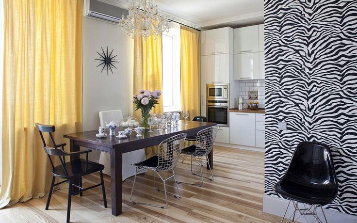 <p>Автор проекта:   КF design , Лина Калаева, Инна Файнштейн<br /> Фотограф: Кулибаба Евгений</p> <p>В открытой кухне, переходящей в гостиную, все просто, удобно и стильно - то есть по-скандинавски. Полы из светлой доски, белый кухонный гарнитур, модернистская мебель дизайнерских марок и светло-желтые шторы, которые всегда создают в интерьере эффект солнечного света. </p>