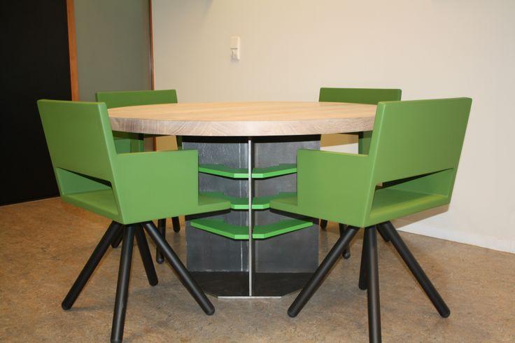 bespreek (eetkamertafel) ontwerp benvanduin Uitvoering massief eiken blad in combinatie met onderstel in 10mm dik onbehandeld warmgewalst staal bijpassende stoelen EQ+