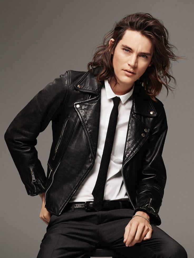 Findet ihr Männer mit langen Haaren auch so sexy? Bei diesem Look wurden die leicht gewellten Haare nach hinten geföhnt - diese Frisur passt zum Bartträger genauso wie zum bartlosen Mann.Testet euch: Auf welchen Männertyp stehe ich?